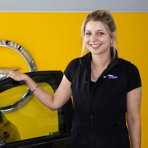 """Unsere Verkäuferin Annika Lassen – Sie kann nicht """"nur"""" Opel"""